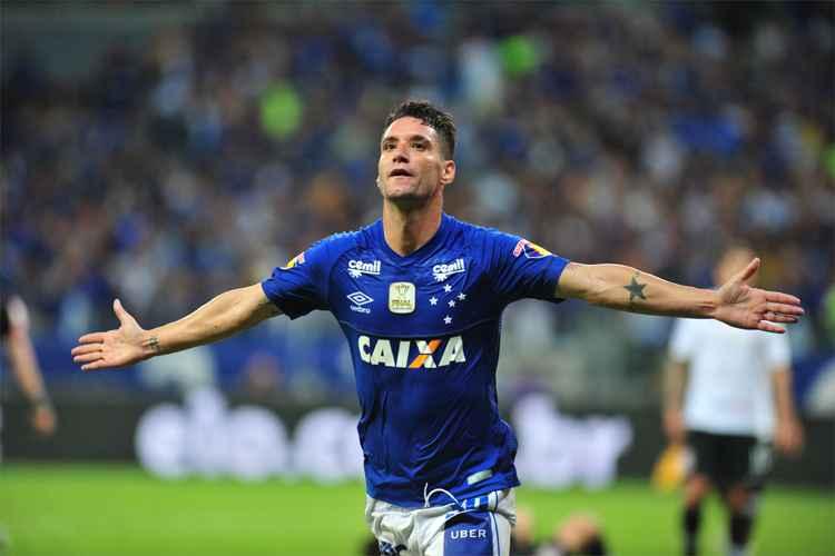Thiago Neves decide, Cruzeiro vence