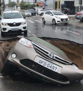 Cratera se abre e engole carro