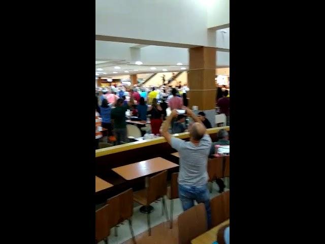 Photo of Manifestantes fazem 'Lulaço' na praça de alimentação do Manaíra Shopping