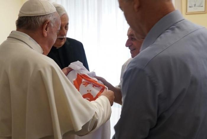 Photo of Papa Francisco recebe camiseta da campanha 'Lula Livre'