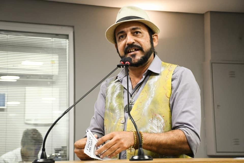 Photo of Para sobreviver, cordelista vende suas histórias nos ônibus de João Pessoa