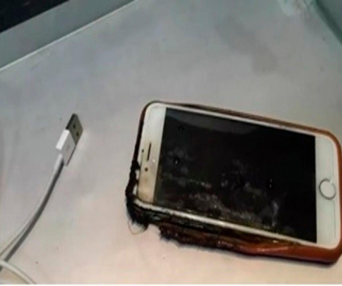 Photo of Jovem morre eletrocutado ao adormecer com o celular na mão